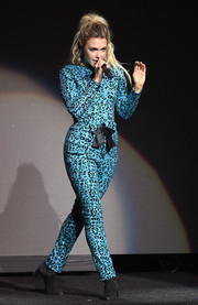 Rachel Platten performed at CinemaCon 2018 wearing a blue leopard-patterned jumpsuit.