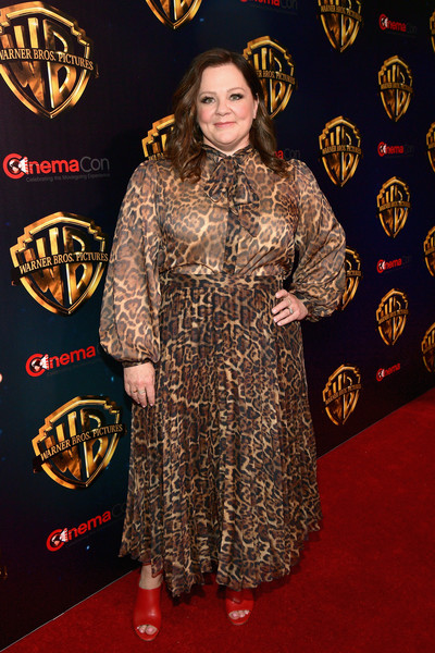 Melissa McCarthy styled her frock with red peep-toe heels.