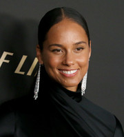 Alicia Keys glammed up her look with a pair of diamond chandelier earrings by Cartier.