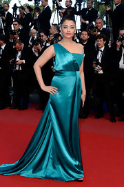 Aishwarya Rai looked lovely in a dark teal one-shoulder satin gown with a flowing train.