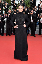 Though all covered up in a long-sleeve black turtleneck gown by Vionnet during the Cannes closing ceremony, Michelle Rodriguez still managed to look sexy because of its semi-sheer fabric and curve-hugging design.