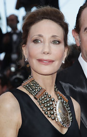 Marisa Berenson wore a head-turning gemstone necklace with layered beads and intricate detailing.