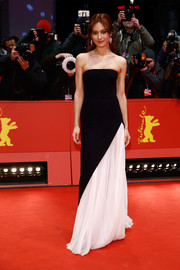 Olga Kurylenko went for classic glamour in a black-and-white J. Mendel strapless gown during the BIFF closing ceremony.