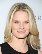 Joelle Carter went to the Club Tacori event wearing a stylish center-parted layered 'do.