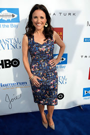 Julia Louis-Dreyfus paired her vibrant dress with a pair of neutral pointy pumps.