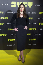 Sarah Wayne Callies attended the 'Colony' photocall in Madrid wearing a fitted black V-neck sweater.