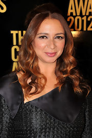 Maya Rudolph wore her hair in a voluminous half-up style and featuring shiny loose curls.