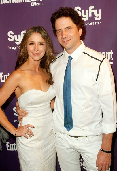 Jamie Kennedy complemented his all white outfit with a blue satin tie at Comic-Con 2009.