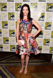 Elizabeth Tulloch brought an explosion of colors to Comic-Con with this printed one-shoulder dress.