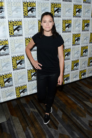 Tatiana Maslany complemented her top with black leather pants.