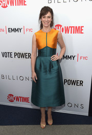 Maggie Siff polished off her stylish look with gold evening sandals by Schutz.