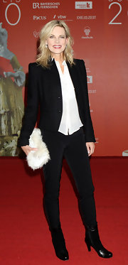 Nina Ruge added a playful touch to her look with a white furry clutch.
