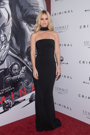 Alice Eve was sexy and sophisticated in a strapless black column dress by Michael Kors at the New York premiere of 'Criminal.'