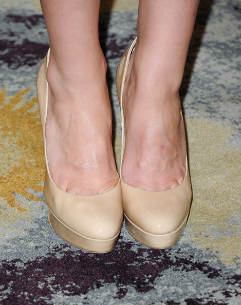 More Pics of Jayma Mays Envelope Clutch  (1 of 6) - Clutches Lookbook - StyleBistro [footwear,shoe,leg,human leg,pink,foot,ankle,close-up,beige,high heels,arrivals,jayma mays,beverly hills hotel,california,critics choice television awards]