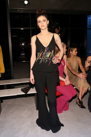 Alexandra Daddario completed her look with a pair of black bell-bottoms, also by Cushnie et Ochs.