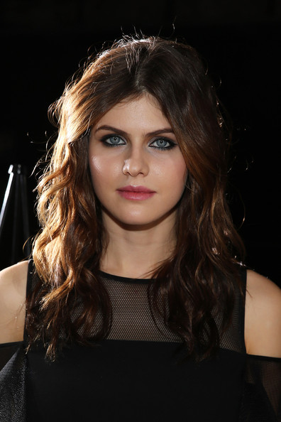 Alexandra Daddario looked edgy-glam at the DKNY fashion show with her center-parted wavy 'do.
