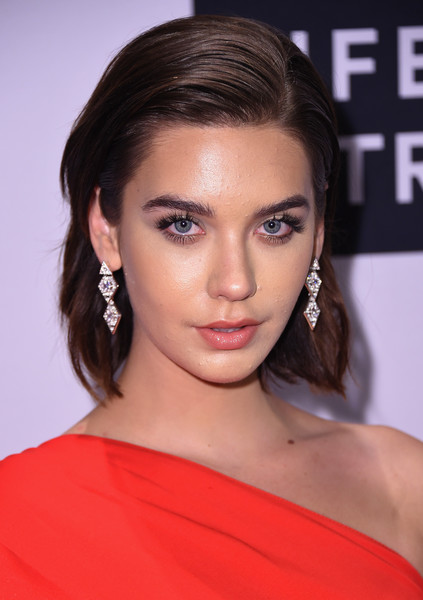Amanda Steele was fresh-faced with her brushed-back 'do at the Daily Front Row's Fashion Media Awards.