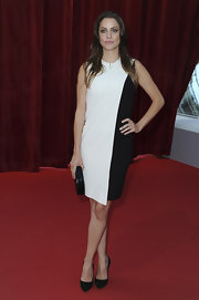 Julie Gonzalo wore this white and black shift dress for a cool mod look on the red carpet.