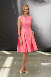 Brenda Strong chose a baby pink fitted dress with a pleated shirt for the photo call of 'Dallas.'