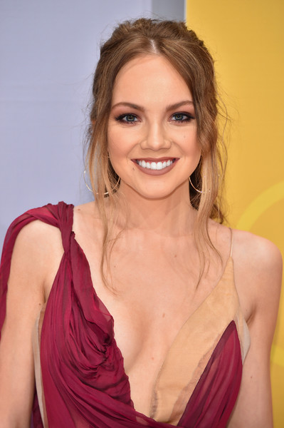 Danielle Bradbery Loose Ponytail  Hair Lookbook  StyleBistro - Beyonce Hairstyles