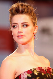 Amber Heard looked gorgeous with her messy-glam pompadour at the Venice Film Fest premiere of 'The Danish Girl.'