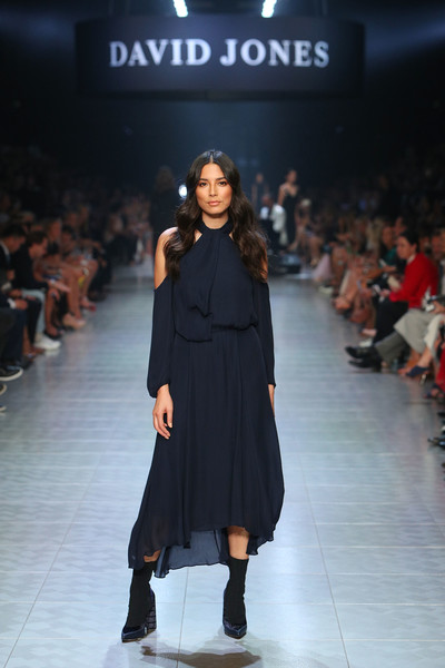 Jessica Gomes worked the cold-shoulder trend with this floaty navy midi dress on the David Jones runway.