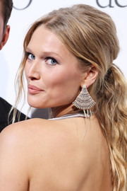 Toni Garrn paired her sexy 'do with gorgeous diamond chandelier earrings.