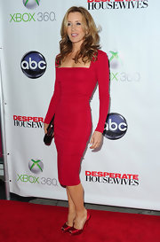 Felicity Huffman stepped onto the red carpet at the 'Desperate Housewives' series finale wearing a pair of crimson satin peep toe pumps.