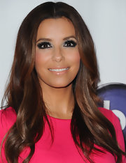 Eva Longoria complemented her long wavy mane of simply styled tresses with dramatic makeup.