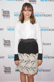 Rashida Jones cutely matched this white blouse with contrasting cuffs to a lacy two-tone skirt.