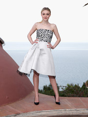 Dakota Fanning oozed ladylike sophistication in a Dior strapless dress with a patterned bodice and an architectural-detailed skirt during the brand's Croisiere show.