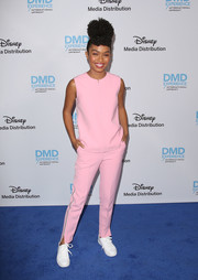 For her footwear, Yara Shahidi chose a pair of white leather sneakers.
