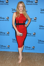 Wendi rocked a firecracker red and black color-blocked dress at the 2013 TCA Summer Tour.
