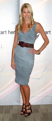 Beth highlighted her trim waistline with a brown, oversized, elastic and leather belt.