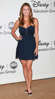 Jill Wagner looked sweet in a navy blue full-skirted sweetheart dress.