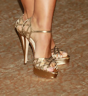 The actress wore a pair of platform, metallic sandals that highlighted her tan and lengthened her legs.