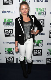 Alli Simpson looked super chic in this perfectly tailored blazer. The pop of white outlining made this look.
