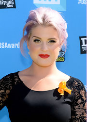 Kelly's crimson pout gave the star a glam retro vibe at the Do Something Awards.