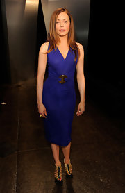 Rose McGowan topped off her cobalt blue cocktail dress with gold strappy sandals.
