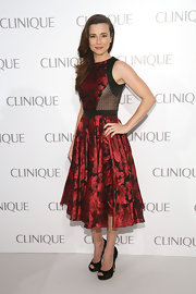 Linda Cardellini's red rose-print dress had a cool retro feel that was effortlessly chic.
