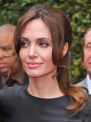 Soft, neutral shadows brightened Angelina Jolie's eyes at the premiere of 'Kung Fu Panda 2'. A hint of liner and a sweep of taupe shadow across the lids followed by a coat of mascara created her pretty look.