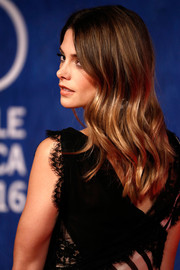 Ashley Greene wore her hair loose with piecey waves during the Venice Film Festival premiere of 'In Dubious Battle.'