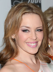 Kylie Minogue showed off her golden locks with a low-maintenance wavy 'do.