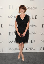 Ellie Kemper paired her frothy black cocktail dress with nude platform pumps.