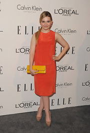 Abigail Breslin punctuated her bold orange shift dress with a canary yellow envelope clutch at the 'Elle' Women in Hollywood Tribute.