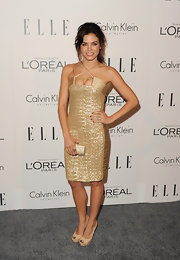Jenna Dewan-Tatum paired her sexy gold cocktail dress with nude peep-toe pumps.
