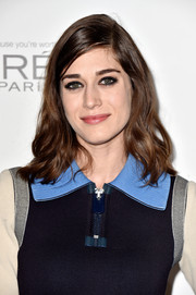 Lizzy Caplan accentuated her eyes with a heavy application of black shadow.
