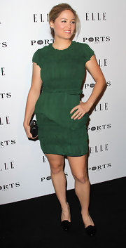 Erika Christensen complemented her emerald cocktail dress with a petite black hard case clutch.