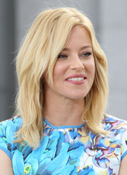 Elizabeth Banks was stylishly coiffed with this edgy layered 'do during her appearance on 'Extra.'