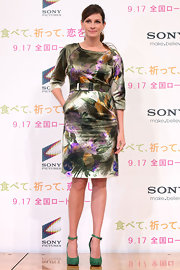 Julia looked sophisticated in a printed Fall 2010 belted cocktail dress with wedge heels.